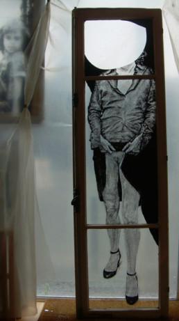 Exhibition fenêtre parisienne peinture acrylique sur verre