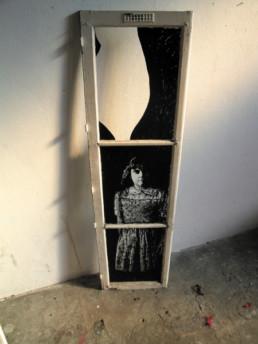 Judith Marin Fillette fenêtre peinte acrylique noir et blanc portrait inspiré des photographies de Patrick Faigenbaum