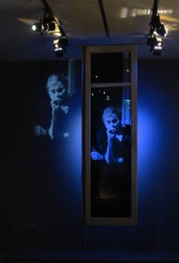 Judith Marin portrait de la joaillière canadienne édéenne sur fenêtre parisienne peinture acrylique sur verre