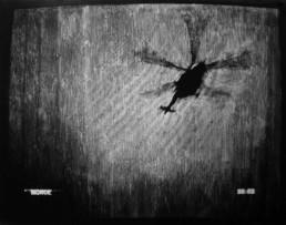 Judith Marin Monde peinture vinylique et pigments sur toile en noir et blanc capture d'écran tv