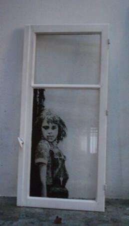Judith Marin Petite fille tchèque fenêtre peinte en acrylique noir sur verre