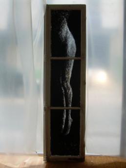 Judith Marin Suspendue fenêtre parisienne peinture acrylique sur verre