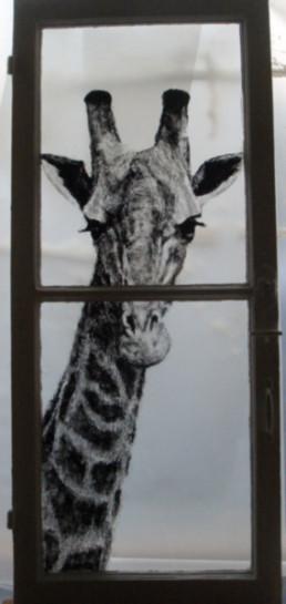 Judith Marin L'Invitée peinture sur fenêtre acrylique sur verre girafe