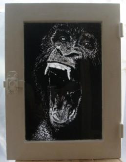 Judith Marin Le Gorille peinture sur verre de fenêtre noir et blanc